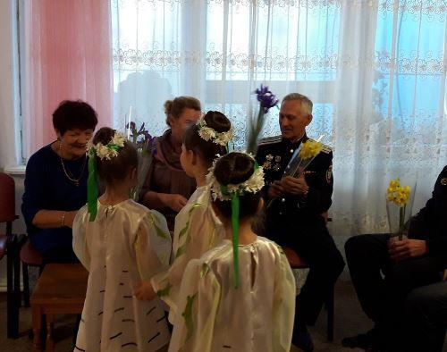Дарят цветы гостям.