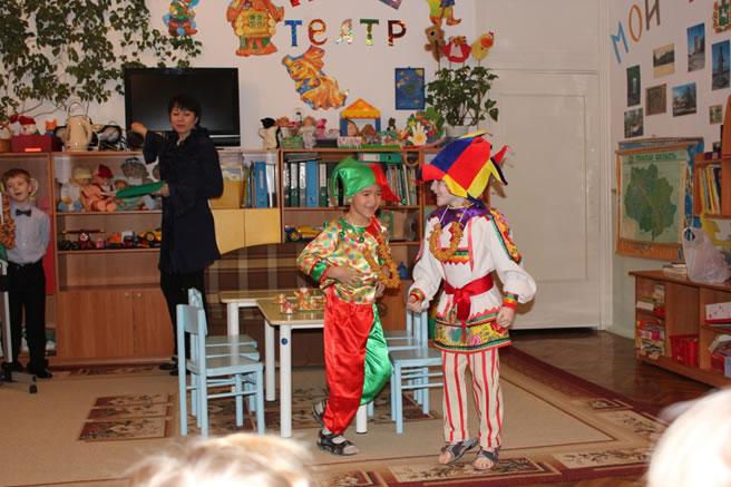 Дети показывают спектакль в детском саду