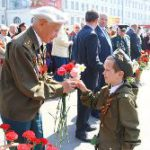 ребенок дарит цветы ветерану