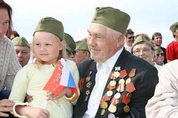 Ветеран с девочкой на руках
