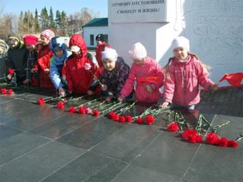 Дети возлагают цветы