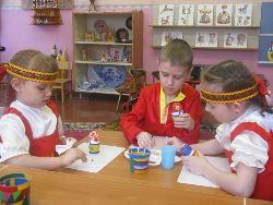 дети занимаются народным искусством