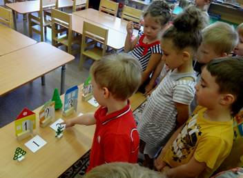 Дети выполняют задание воспитателя