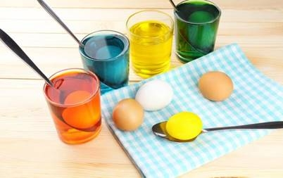 Покраска пасхальных яиц
