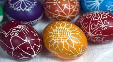 Покраска яиц воском